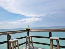 Barkruk met oceaanmening Royalty-vrije Stock Fotografie