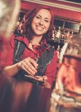 Barmaid за счетчиком бара Стоковая Фотография