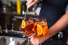 Barman aan werk, die cocktails het voorbereiden concept over de dienst en dranken in de keuken het restaurant royalty-vrije stock foto's