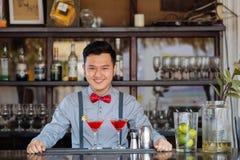 Barman asiático de sorriso fotos de stock