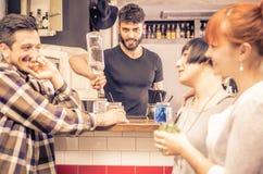 Barman au travail Photos libres de droits