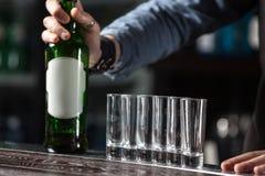 Barman au travail photos stock