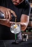 Barman au travail Photo libre de droits