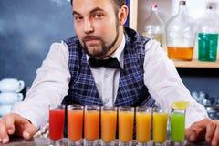 Barman au travail, préparant des cocktails photographie stock libre de droits