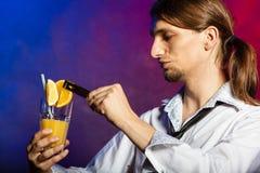 Barman avec l'orangeade photos stock