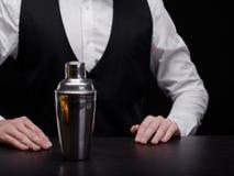 Barman avec le dispositif trembleur Barman professionnel dans un costume avec un dispositif trembleur sur un fond noir Concept de image stock