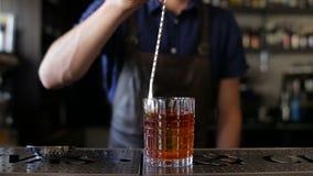 Barman, barman przygotowywa alkoholicznego napój, napój w klubie nocnym, pub lub bar, zbiory