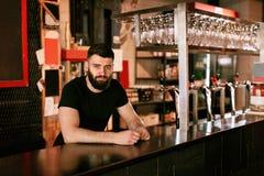 Barman In Beer Pub Portret van de mens bij barteller stock afbeelding