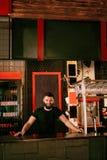 Barman In Beer Pub Portret van de mens bij barteller stock afbeeldingen