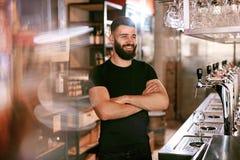 Barman In Beer Pub Portret van de mens bij barteller royalty-vrije stock foto