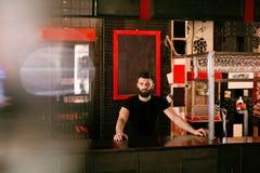 Barman In Beer Pub Portret van de mens bij barteller stock foto's