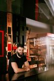 Barman In Beer Pub Portret van de mens bij barteller royalty-vrije stock afbeelding