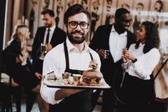 barman Burger auf Platte Spaß Zusammen in der Stange lizenzfreies stockfoto