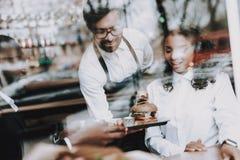 barman Burger Schwarzer Mann datum Mädchen Café lizenzfreies stockfoto