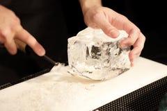 Barman Carving Ice Images libres de droits