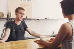 Barman causant avec l'invité et le café servant photos libres de droits