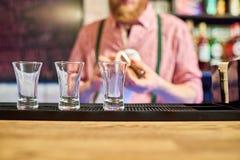 Barman Cleaning Up bij Barteller royalty-vrije stock afbeeldingen