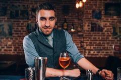 Barman considerável que prepara o cocktail Feche acima dos detalhes do barman com cocktail e as ferramentas bartending Fotografia de Stock Royalty Free