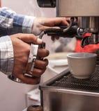 Barman cuisant le lait à la vapeur Photographie stock