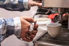 Barman cuisant le lait à la vapeur Image libre de droits