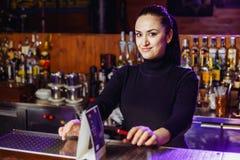 Barman da menina na barra imagens de stock