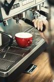 Barman de femmes utilisant la machine de café pour faire le café dans le café photos libres de droits