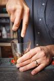 barman de personne désordonnée dans une boîte de nuit image libre de droits