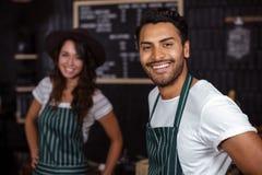 Barman de sourire regardant l'appareil-photo photo libre de droits