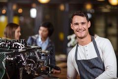 Barman de sourire se tenant avec des bras croisés Photo libre de droits