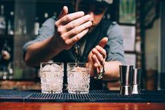 barman de vintage faisant des cocktails et travaillant au bar ou à la barre images libres de droits