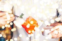 Barman dekoruje koktajl przy klubem nocnym Życia nocnego i rozrywki pojęcie obraz royalty free