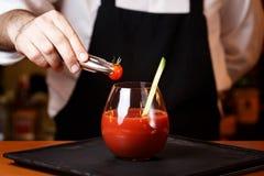 Barman dekoruje Krwistego Mary lub Caesar koktajl przy barem obraz royalty free