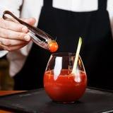 Barman dekoruje Krwistego Mary lub Caesar koktajl przy barem zdjęcie royalty free