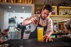Barman derrière le compteur de barre photographie stock