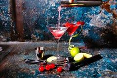 Barman die Amerikaanse veenbessap en wodka voorbereiden - kosmopolitische alcoholische cocktail royalty-vrije stock fotografie