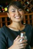Barman die bij u glimlacht Stock Foto