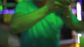 Barman die cocktail maken bij buitenkantbar op de nachtstraat Sluit omhoog 1920x1080 stock video
