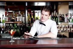 Barman die een orde nemen. Royalty-vrije Stock Foto's