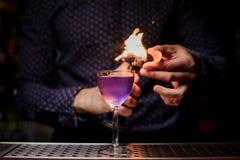 Barman die een sterke verse purpere de zomercocktail met een rooknota maken Royalty-vrije Stock Foto's