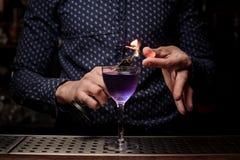 Barman die een zoete en verse purpere de zomercocktail met een rooknota maken Stock Foto's