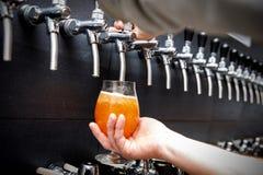 Barman die het verse bier in bar gieten royalty-vrije stock fotografie