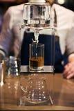 Barman die koffiedrank voorbereiden stock afbeelding