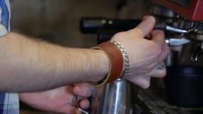 Barman die melk met hete stoom voor cappuccino voorbereiden of latte stock footage