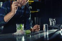 Barman die Mojito-cocktail maken bij teller in bar Ruimte voor tekst stock fotografie