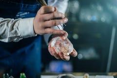 Barman die professioneel met ijs werken stock fotografie