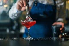 Barman die professioneel werken stock foto
