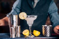 barman die tequila Margarita met kalk en citroen voorbereiden Stock Afbeeldingen