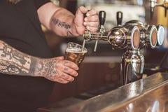 Barman die vers licht aal gieten royalty-vrije stock foto