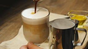 Barman die witte koffie maken bij bar stock video