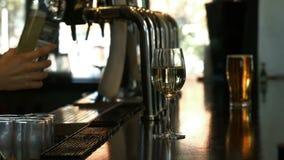 Barman die witte wijn in wijnglas gieten stock videobeelden
